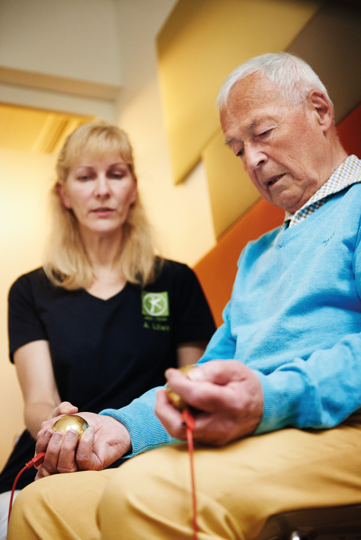 Eine Untersuchung im Rahmen der Bioresonanztherapie - diese führt die HNO-Praxis Dr. Brigitte Krug für Ihre Patienten aus Weinheim und Umgebung - wie beispielsweise Birkenau, Hemsbach, Schriesheim, Heddesheim und Hirschberg - durch
