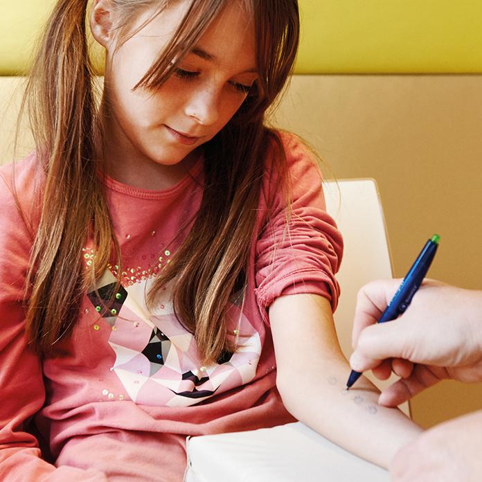 Ein Allergietest, der HNO-Praxis Dr. Brigitte Krug in Weinheim an der Bergstraße am Unterarm durchgeführt wird