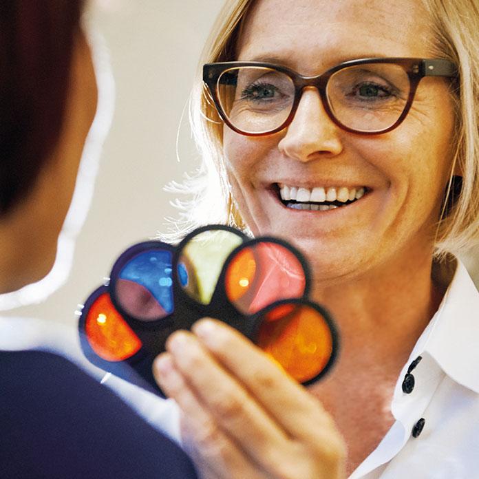 Frau Dr. Brigitte Krug bei der Untersuchung im Rahmen der Naturheilheilkunde. Diese führt sie für Ihre Patienten aus Weinheim und Umgebung - wie beispielsweise Birkenau, Hemsbach und Hirschberg durch.