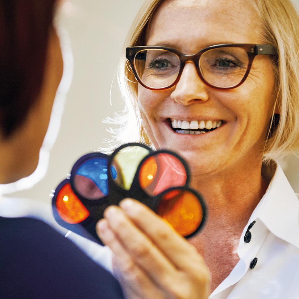 Frau Dr. Brigitte Krug bei der Untersuchung im Rahmen der Naturheilkunde. Diese führt sie für Ihre Patienten aus Weinheim und Umgebung - wie beispielsweise Birkenau, Hemsbach und Hirschberg durch