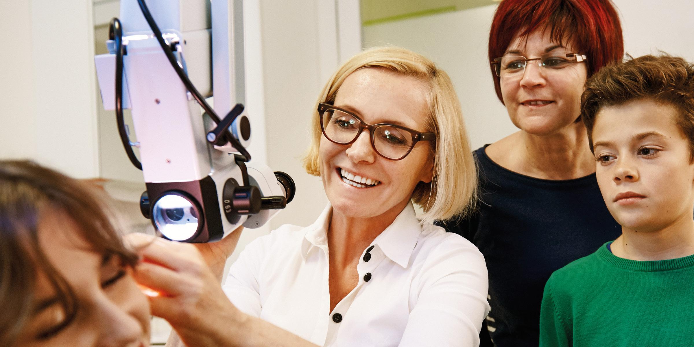 Frau Dr. Brigitte Krug bei der Untersuchung, die sie für Ihre Patienten aus Weinheim und Umgebung - wie beispielsweise Birkenau, Hemsbach, Schriesheim, Heddesheim oder Hirschberg - durchführt